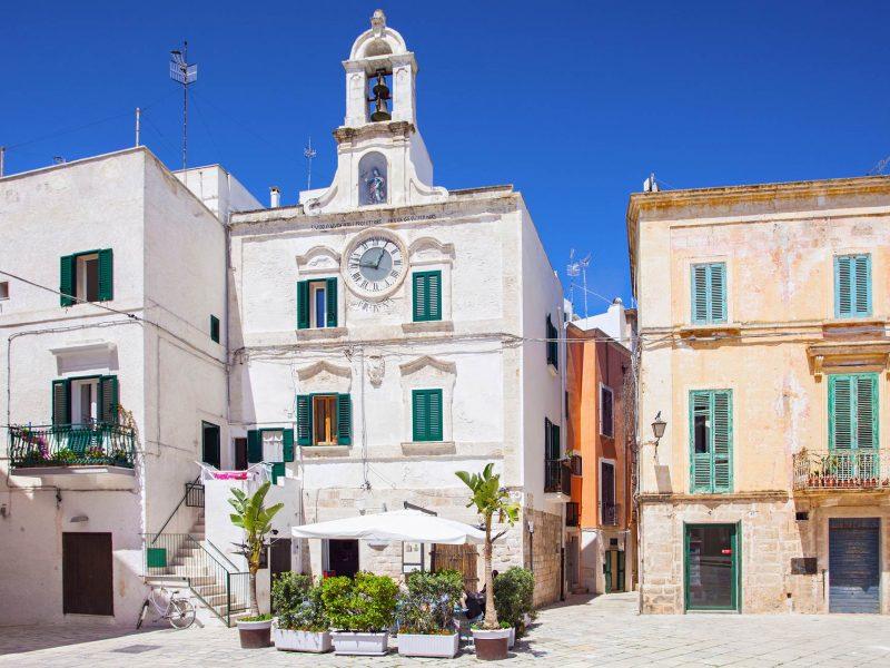 piazza-dell-orologio-polignano-a-mare