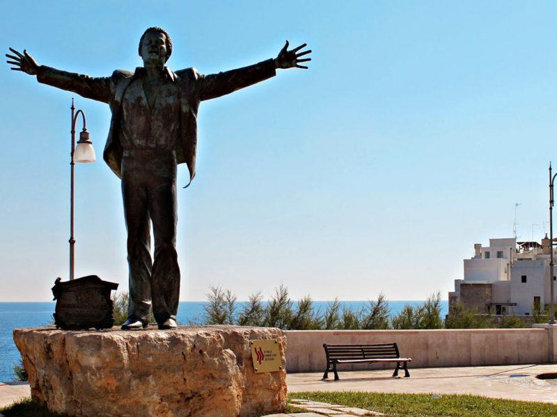 statua-domenico-modugno-polignano-a-mare